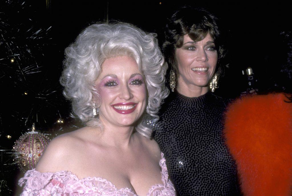 Dolly Parton et Jane Fonda assister à la première de `` neuf à cinq '' à New York le 14 décembre 1980
