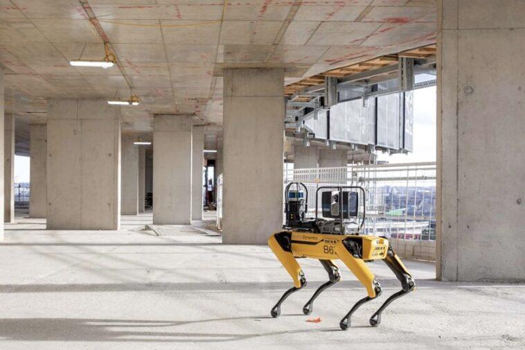 Boston Dynamics Spot travaille désormais également dans la construction - surveille les bâtiments Foster + Partners de manière autonome