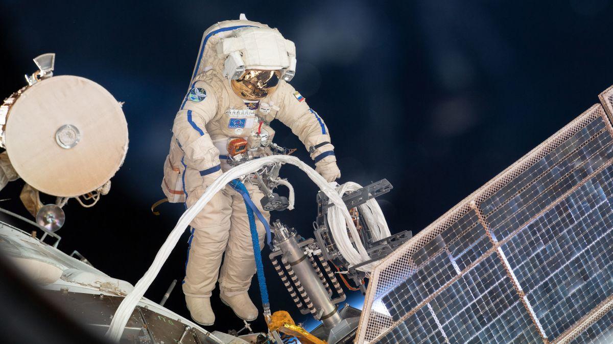 Deux Cosmonautes Font Une Sortie Dans L'espace à L'extérieur De