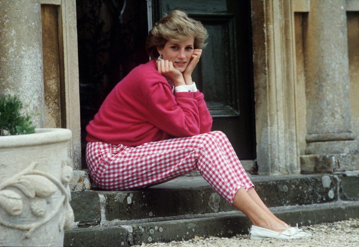 La princesse Diana est assise sur les marches de Highgrove wi