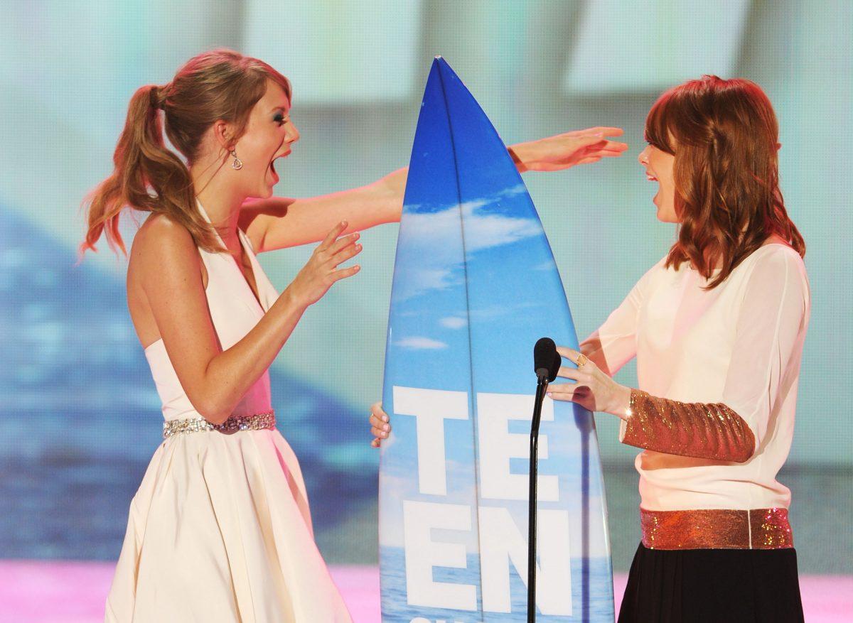 Taylor Swift accepte le prix Choice Female Artist d'Emma Stone sur scène lors des Teen Choice Awards 2011.