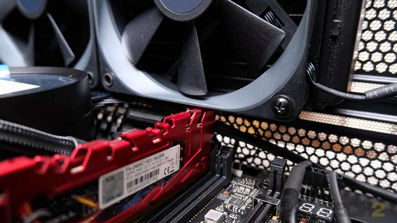 Les modules 3.RAM avec de petits dissipateurs de chaleur dégagent à peine un radiateur monté sur le dessus.  Image: Anirudh Regidi