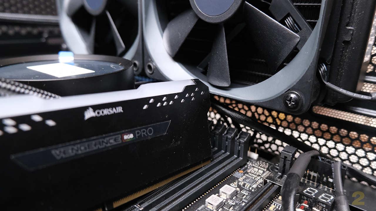 Les modules de RAM plus grands ne rentrent tout simplement pas sous un radiateur monté sur le dessus.  Image: Anirudh Regidi
