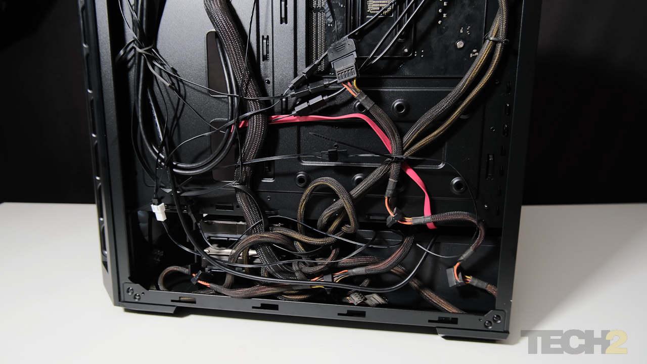 """5.Si vous avez un bloc d'alimentation relativement grand et que vous utilisez les baies de lecteur 3,5 """", vous allez avoir du mal à ranger le câble en excès.  Image: Anirudh Regidi"""