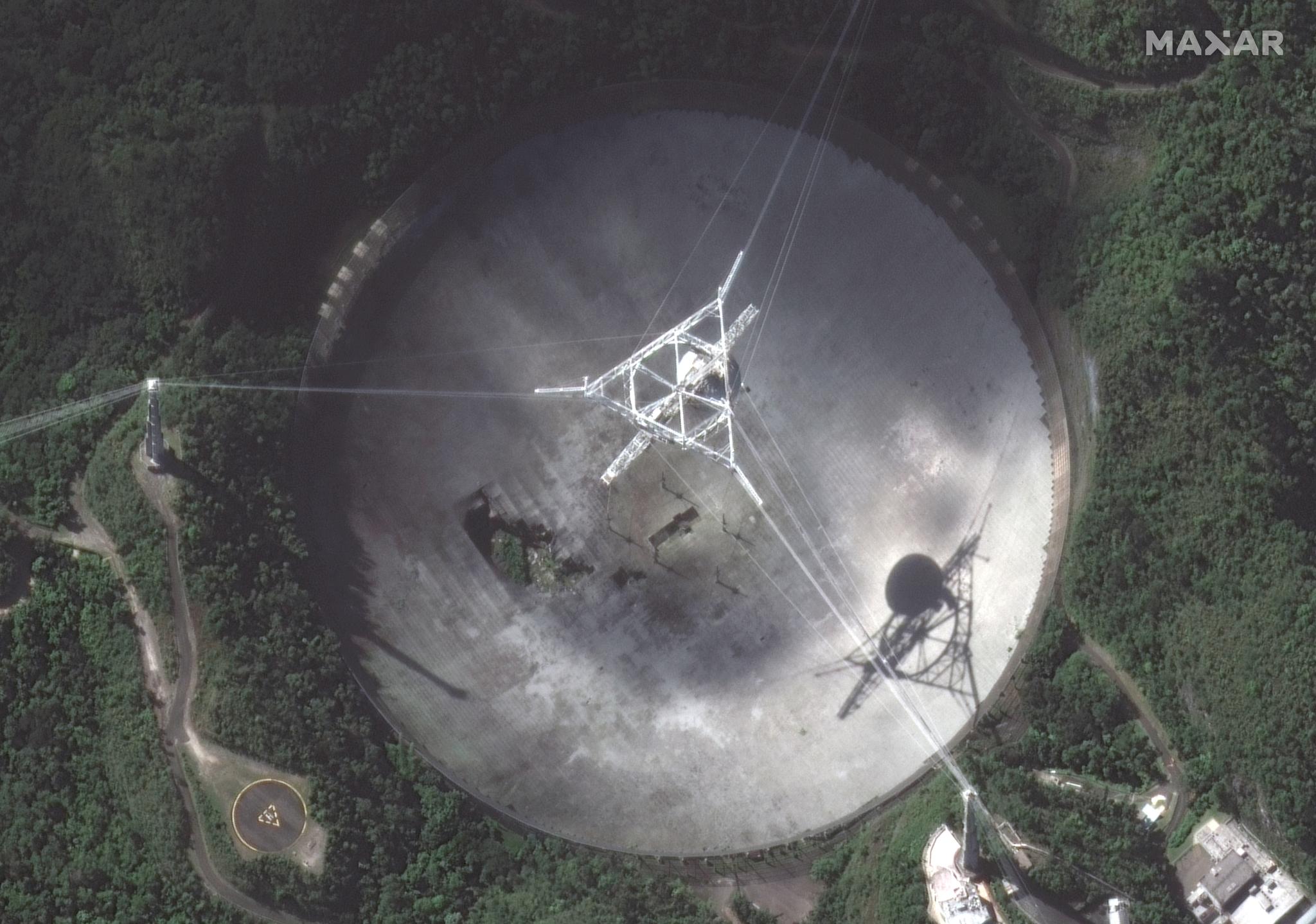 Une vue satellite rapprochée de l'antenne du radiotélescope Arecibo.