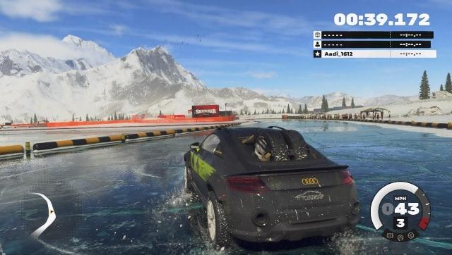 Ici, je glisse et me fraye un chemin sur les routes glacées du Népal dans une Audi.  Capture d'écran de DIRT 5