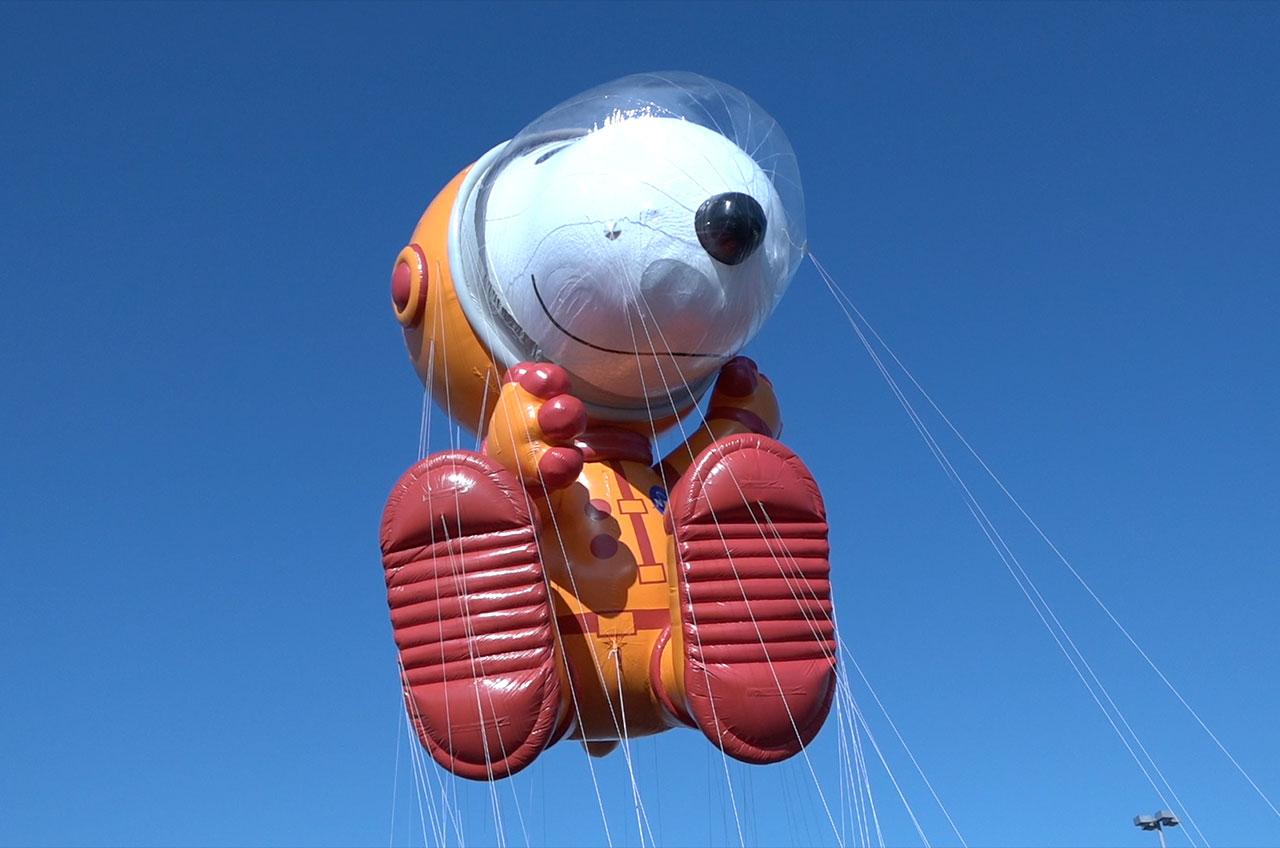 Le ballon Snoopy de l'astronaute de la parade de Thanksgiving de Macy, vu ici lors d'un vol d'essai en 2019, a été calqué sur le système de survie Orion Crew de la NASA que les équipages d'Artemis porteront sur la lune.