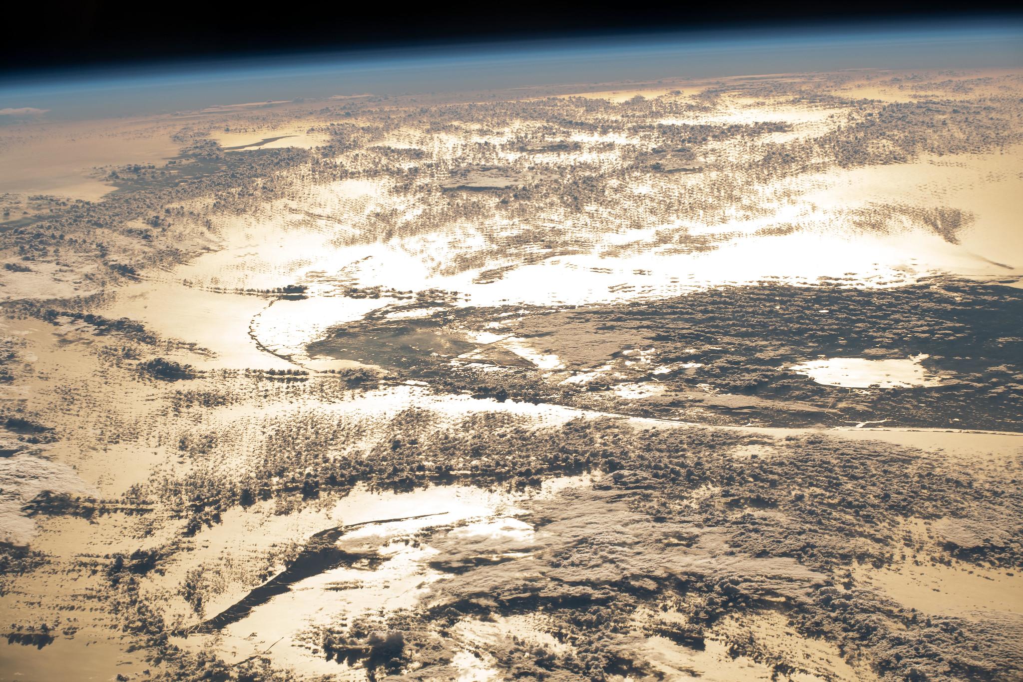 La lumière du soleil se reflète sur l'océan Atlantique dans cette image publiée par la NASA Johnson Space Center le 23 novembre 2020, quelques jours avant Thanksgiving.  L'image a été prise depuis la Station spatiale internationale alors qu'elle était en orbite autour de la Terre au large des États-Unis.