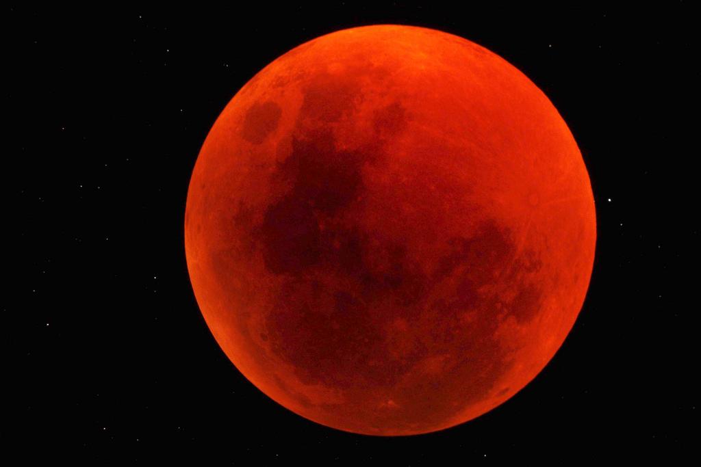 La lune est devenue rouge sang au-dessus du Sossusvlei Desert Lodge sur la réserve naturelle de NamibRand en Namibie sur cette superbe photo prise par l'observateur du ciel George Tucker le 15 juin 2011.