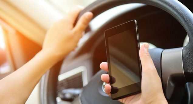 L'utilisation D'un Téléphone Portable Au Volant Peut Coûter Jusqu'à 1250