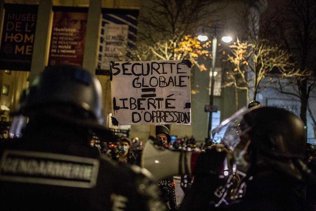 La Police Et Les Manifestants S'affrontent à Paris Lors De