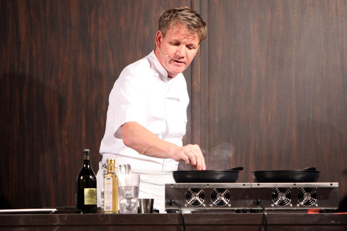 Gordon Ramsay donne un cours de cuisine au Castel Monastero Resort le 5 juillet 2012