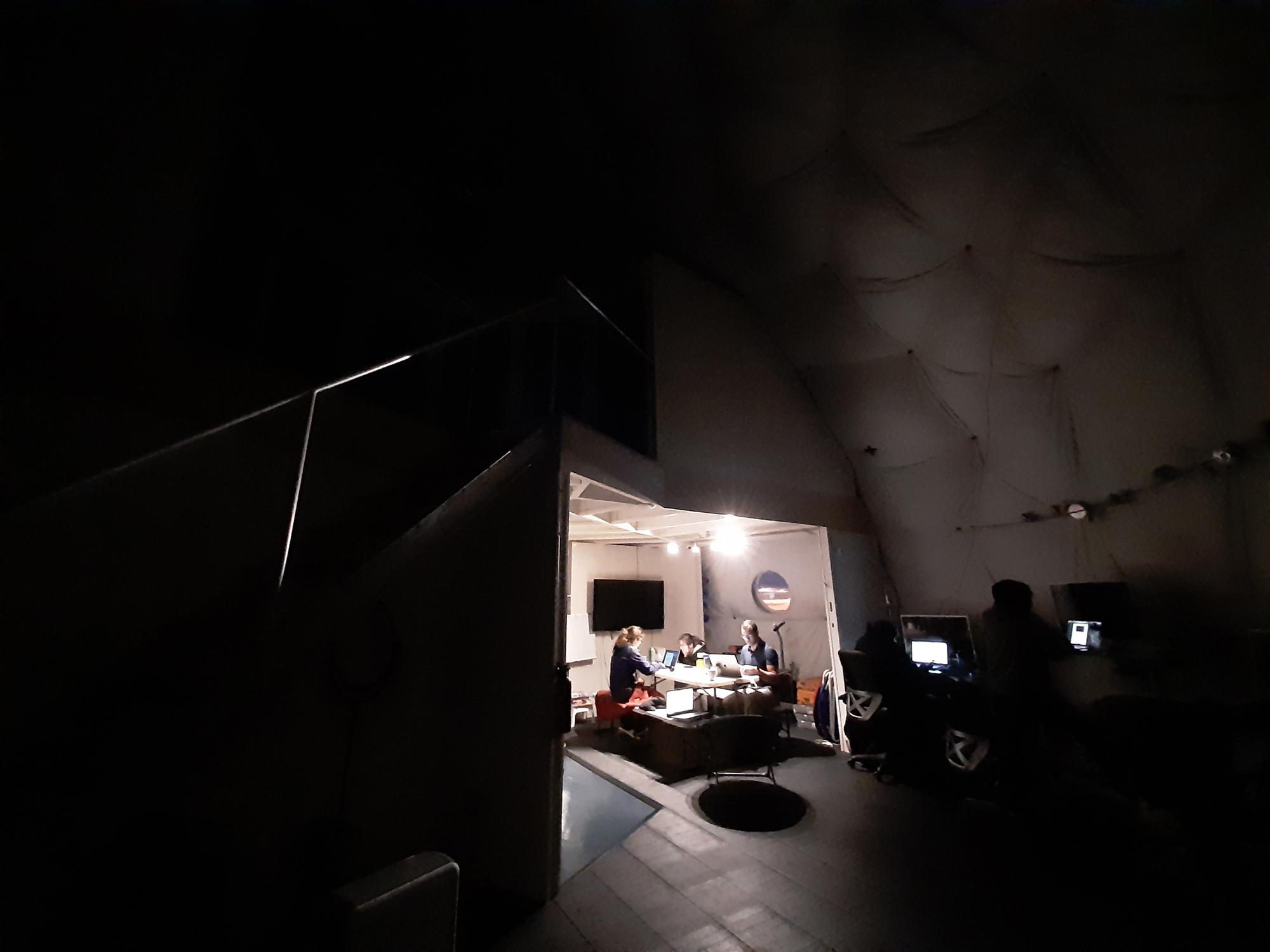 Mode basse consommation dans l'habitat.  Pour économiser l'énergie, l'équipage n'utilise que les appareils les plus vitaux de l'habitat et n'allume qu'une seule lumière la nuit.