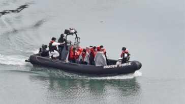Les Garde Côtes Français Sauvent 64 Migrants Dans La Manche