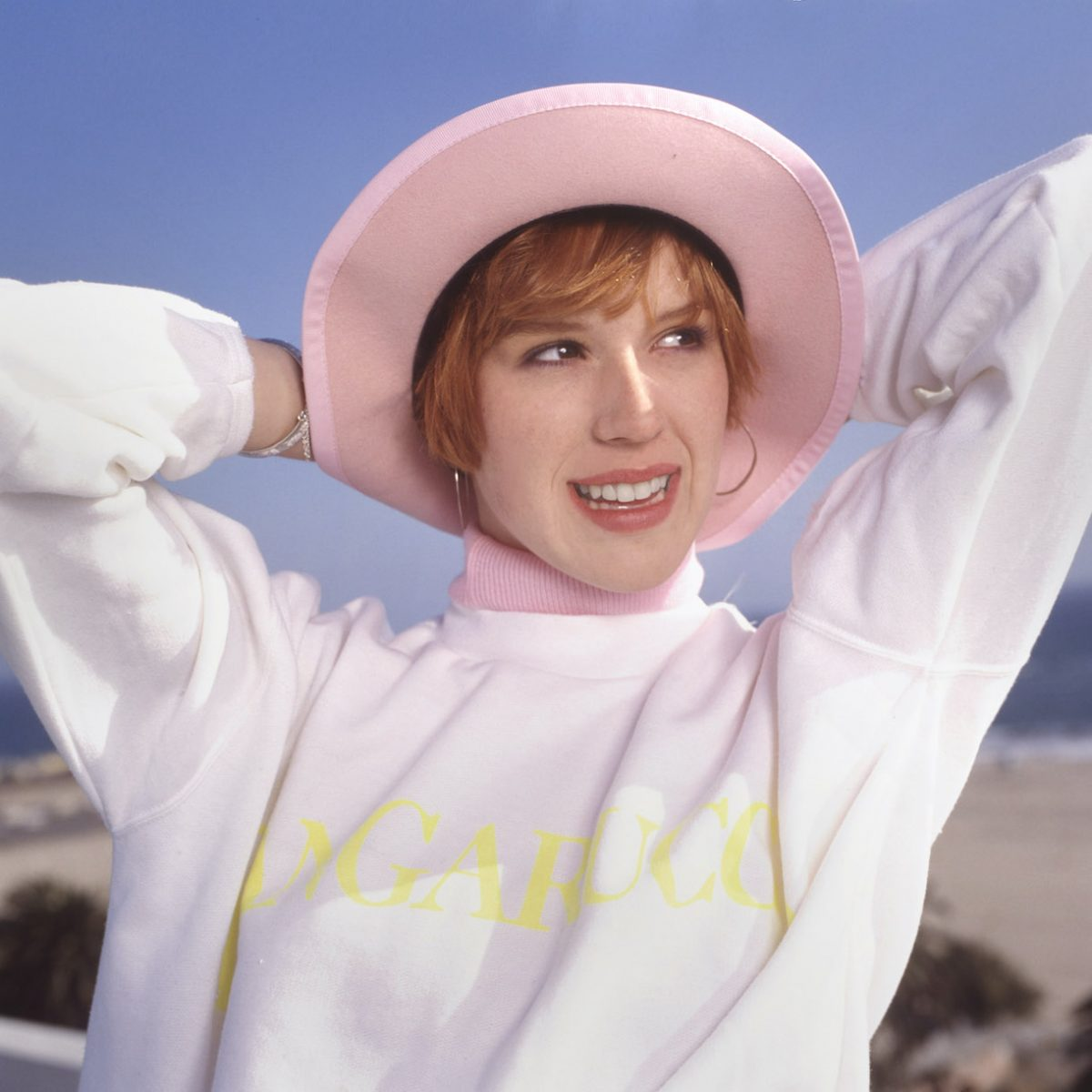 VERS 1986: Molly Ringwald pose pour un portrait à Hollywood, Californie