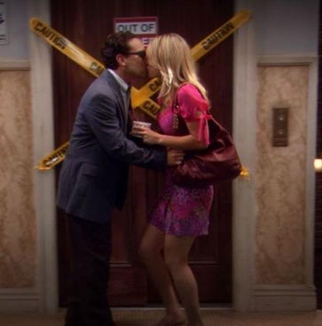 Au lieu de la saison 2 commençant par une nouvelle histoire, elle reprend là où la saison 1 s'est arrêtée, les deux personnages s'embrassant dans le couloir après leur date (Photo: CBS)