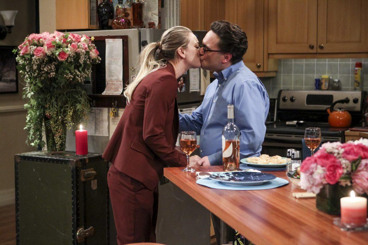 Penny et Leonard Hofstadter s'embrassent dans la cuisine sur `` The Big Bang Theory ''