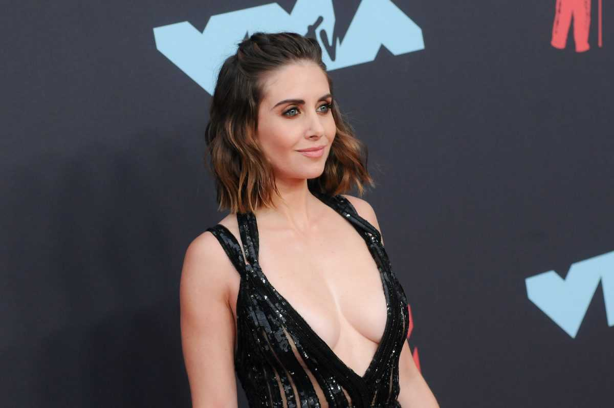 Alison Brie attends the 2019 MTV Video Music Video Awards