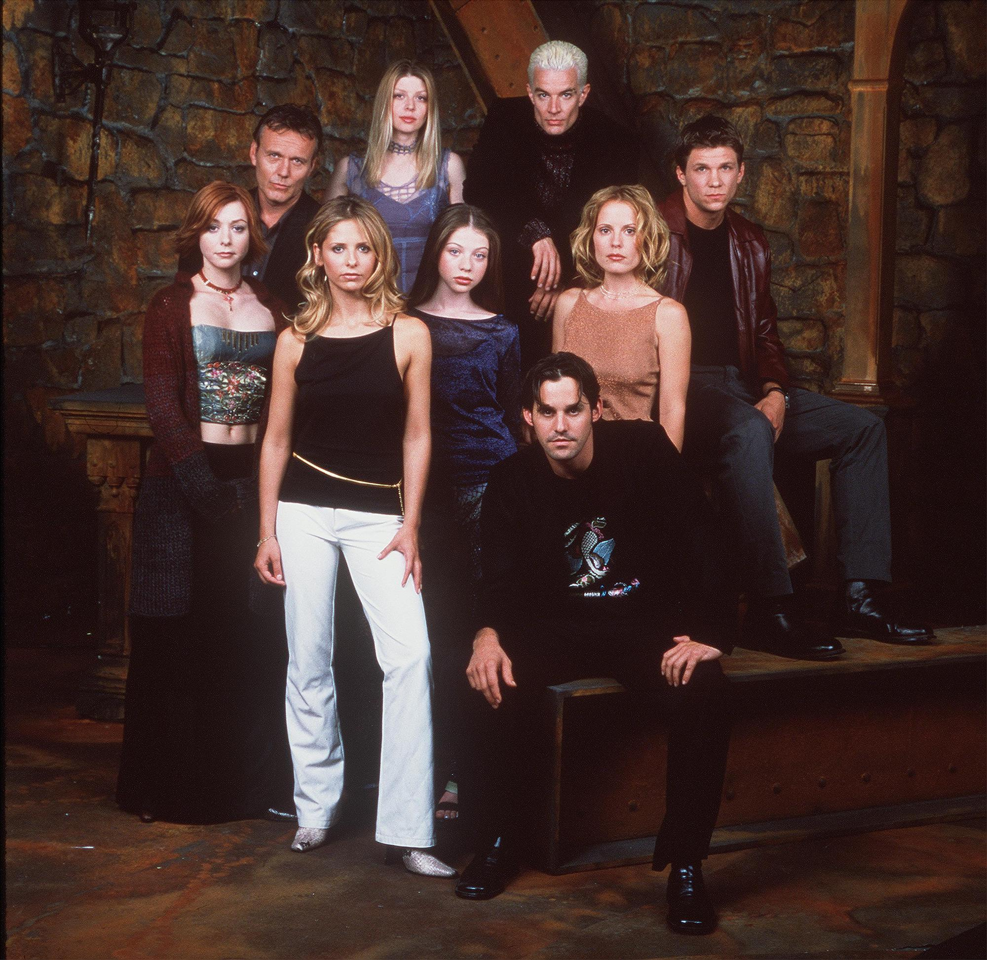 """Le casting de la 20th Century Fox """"Buffy contre les vampires"""" pose pour un portrait le 10 octobre 2000."""