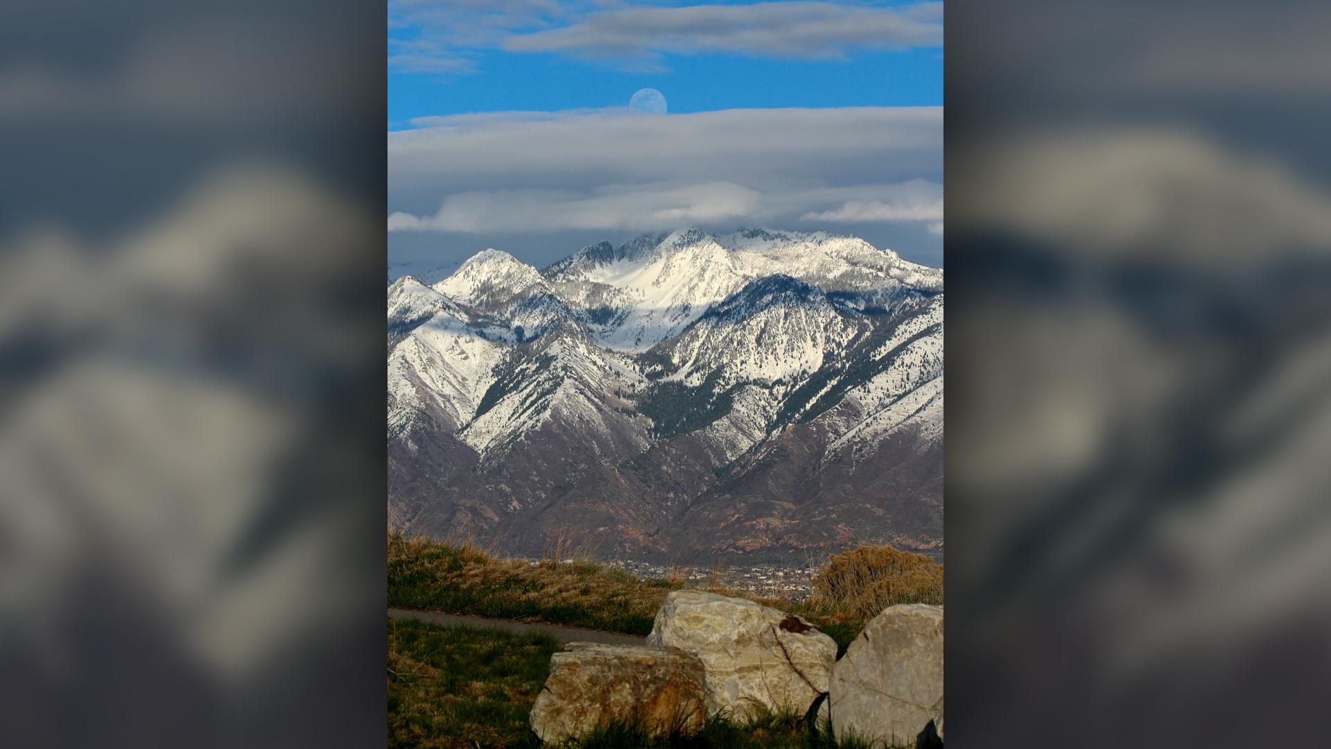 Une lune presque pleine se lève au-dessus des montagnes Wasatch près de Salt Lake City le 17 avril 2019.