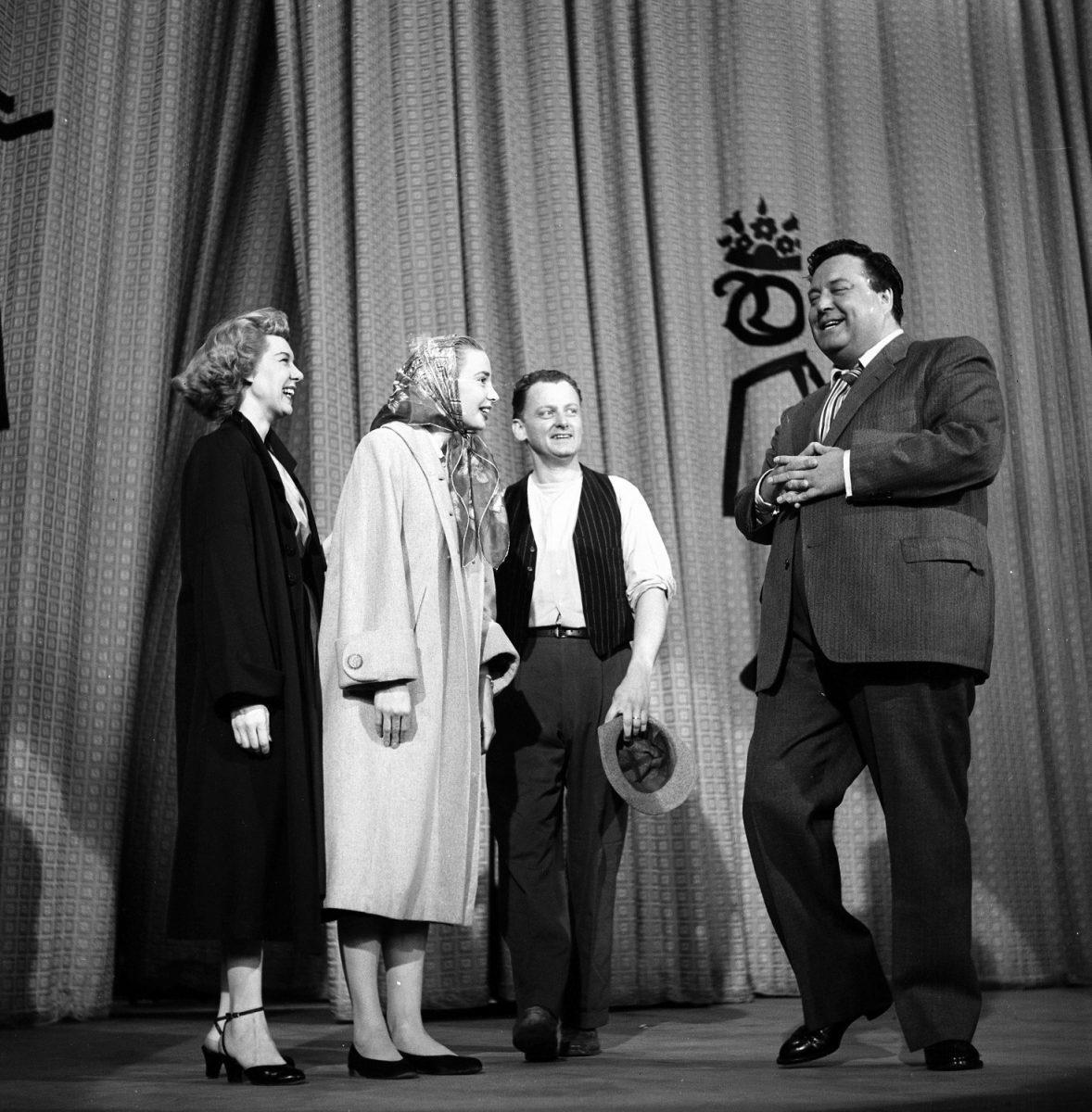 Joyce Randolph, Audrey Meadows, Art Carney et Jackie Gleason sur scène après le 'The Jackie Gleason Show'