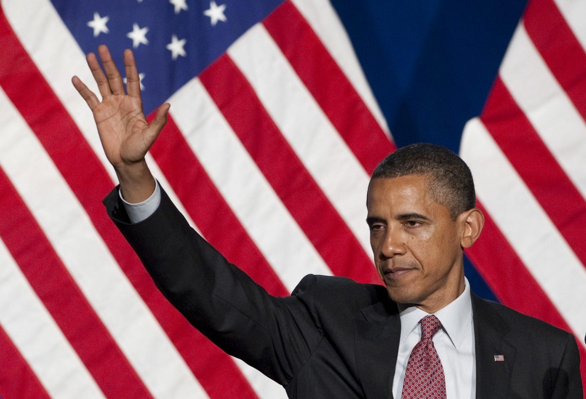 Le président américain Barack Obama salue après avoir pris la parole lors du gala du leadership des lesbiennes gays bisexuels transgenres du Comité national démocrate à New York, le 23 juin 2011