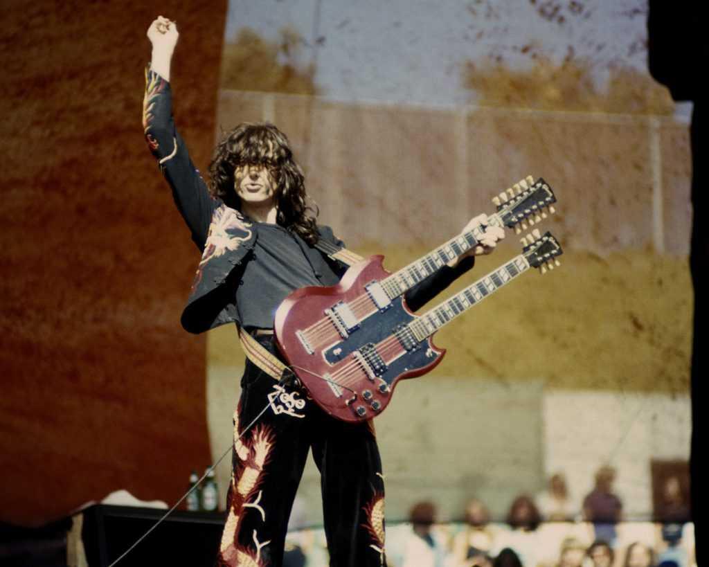 Jimmy Page de Led Zeppelin avec sa guitare
