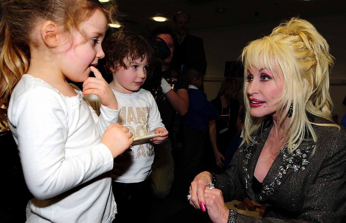 Dolly Parton raconte comment son père a inspiré sa réussite caritative pour enfants