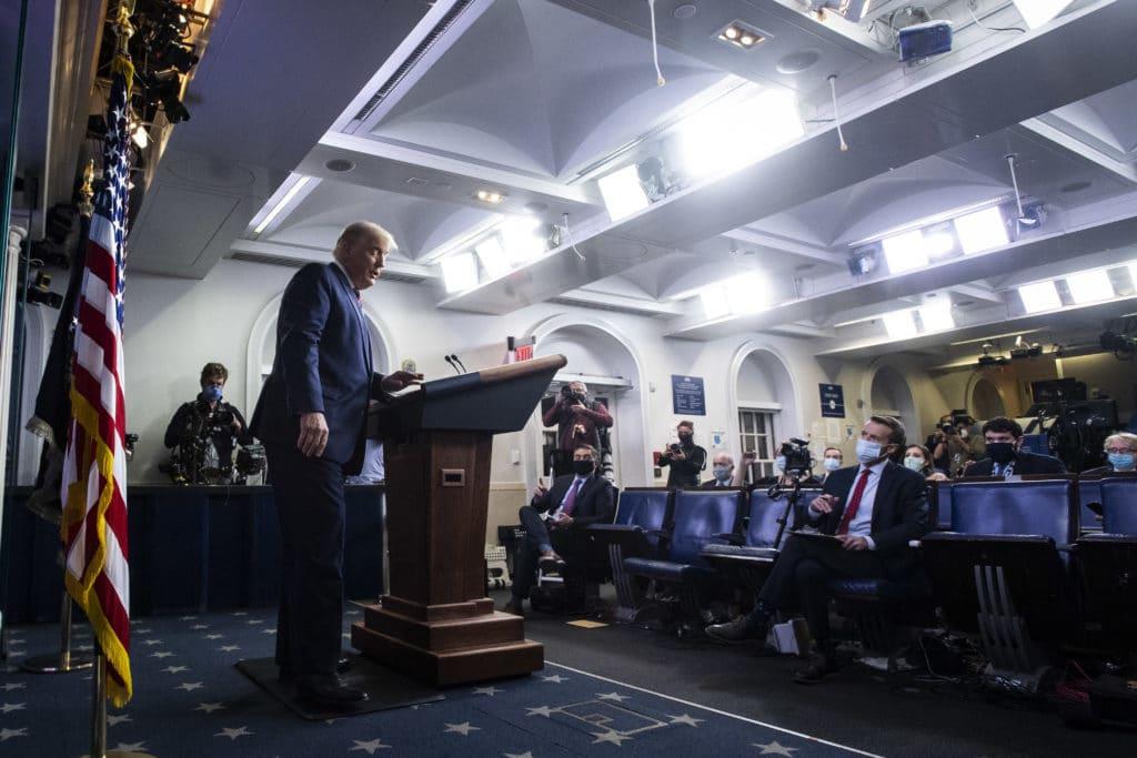 Le président Donald Trump prend la parole lors d'un point de presse télévisé.  Il a colporté de fausses allégations de fraude électorale de grande envergure.  (Jabin Botsford / The Washington Post via Getty Images)