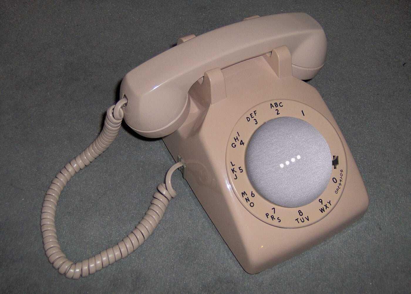 Google Home Mini sur téléphone à roulettes