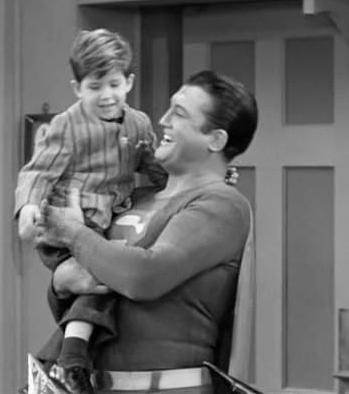 George Reeves, à droite, porte Keith Thibodeaux sur le tournage de 'I Love Lucy'