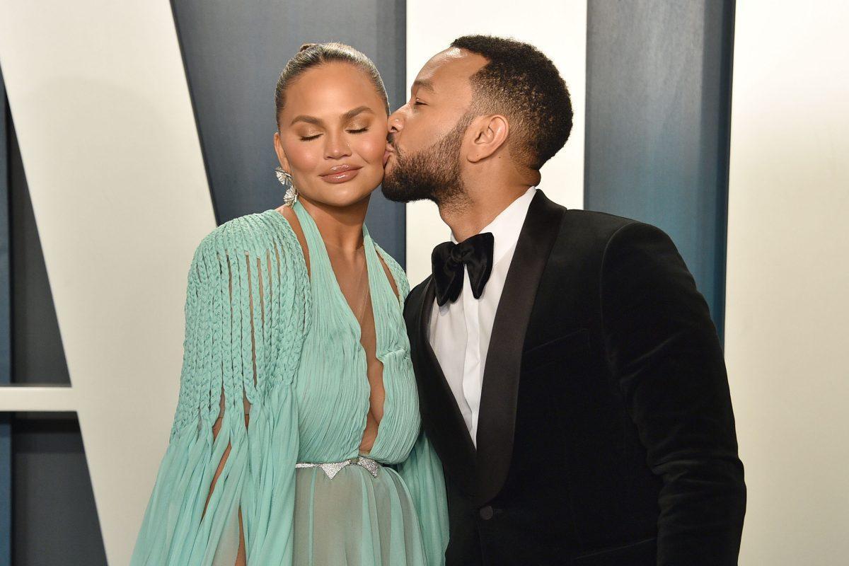 Chrissy Teigen et John Legend assistent à la Vanity Fair Oscar Party 2020 au Wallis Annenberg Center for the Performing Arts