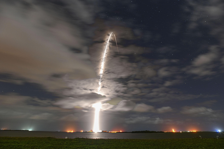 Une fusée SpaceX Falcon 9 lance 60 satellites Internet Starlink depuis la Floride le 24 novembre 2020. Il s'agissait du 100e lancement global du Falcon 9 et de la septième mission du premier étage de cette fusée.