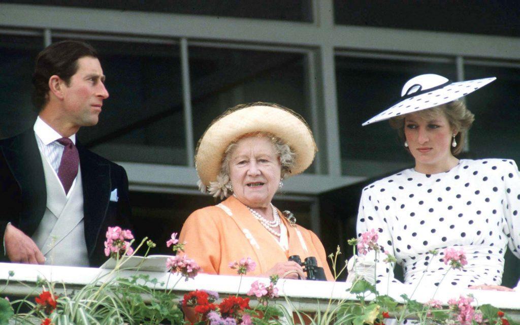 La reine mère avec le prince Charles et la princesse Diana
