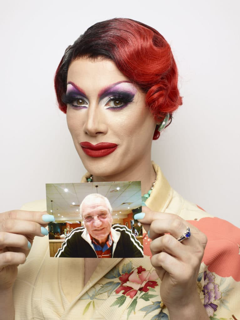 Divina De Campo tient une photo de son défunt beau-père, Bob.