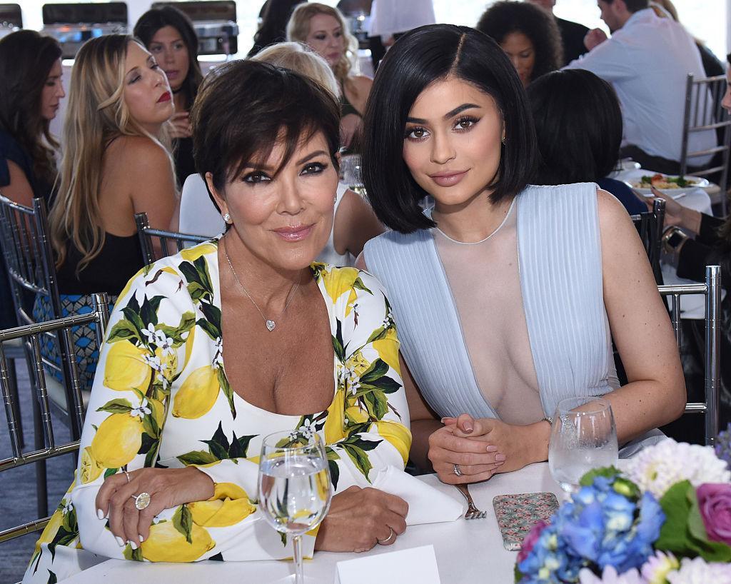 (LR) Kris Jenner et Kylie Jenner souriant, assis à une table