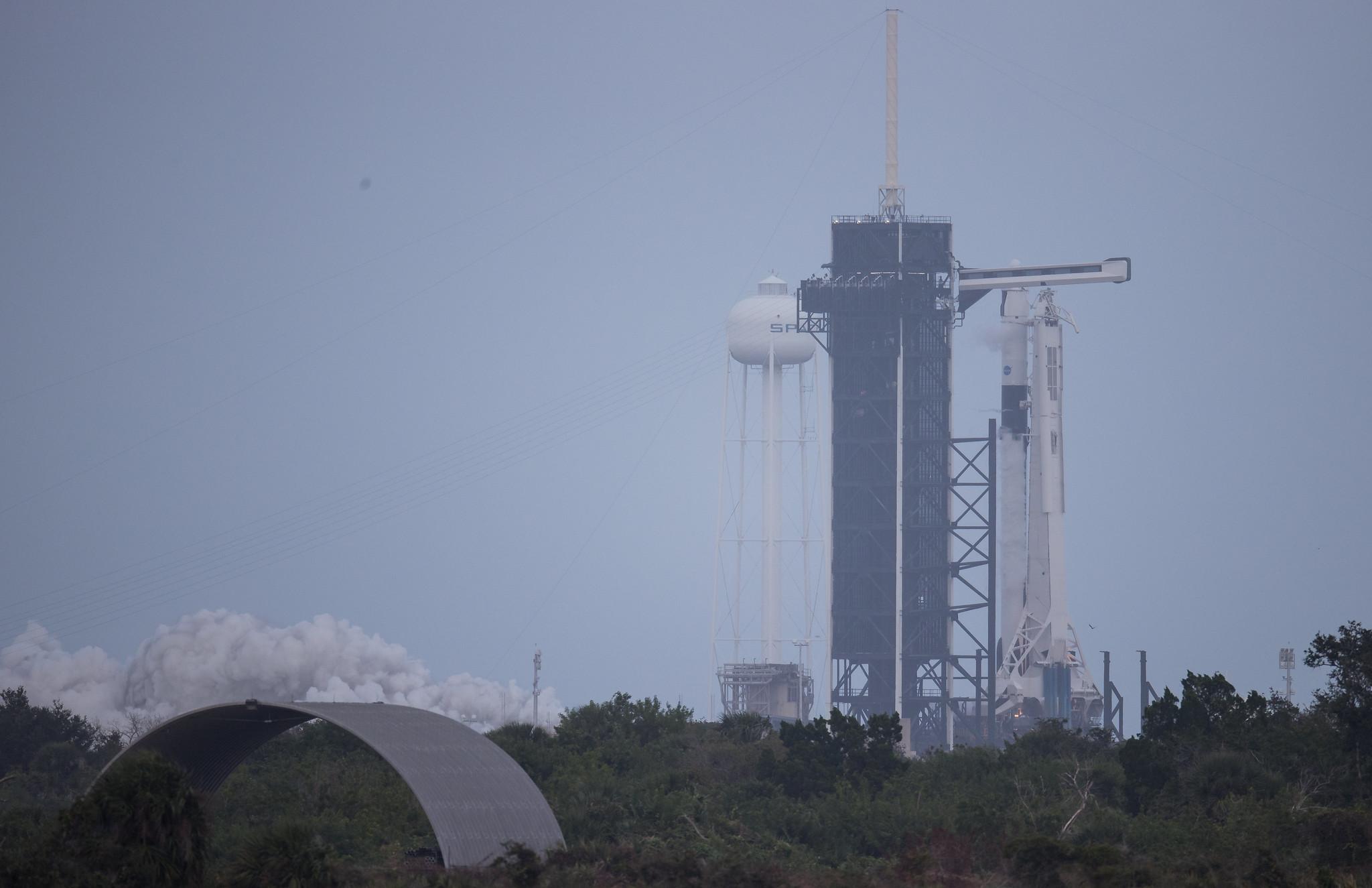 Un test de fusée SpaceX Falcon 9 déclenche brièvement ses moteurs de premier étage au sommet du Pad 39A du centre spatial Kennedy de la NASA à Cap Canaveral, en Floride, le 11 novembre 2020. La fusée lancera la mission d'astronaute Crew-1 pour la NASA le 14 novembre.