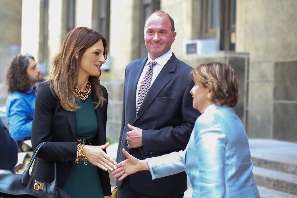 L'avocate de Harvey Weinstein, Donna Rotunno, serre la main de l'avocate Gloria Allred