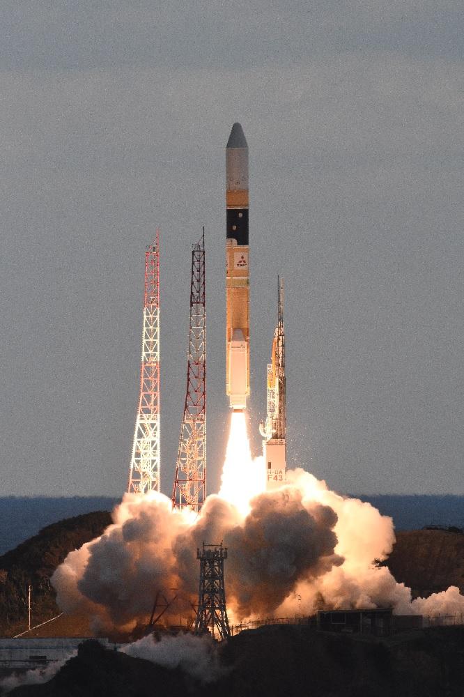 Une fusée Mitsubishi Heavy Industries H-IIA lance un satellite de relais de données avancé transportant le système de communication laser LUCAS en orbite depuis le centre spatial de Tanegashima le 29 novembre 2020.