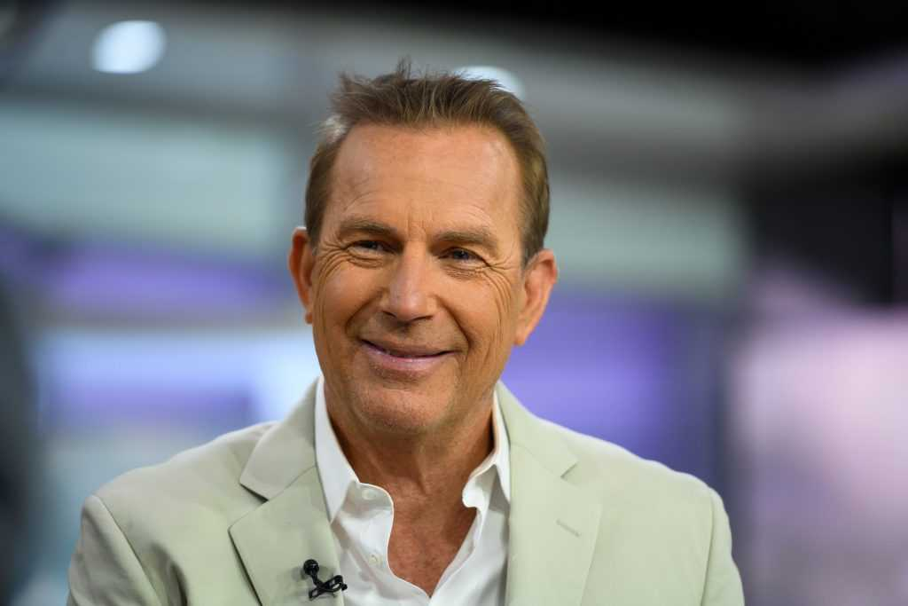 Kevin Costner sourit pour une photo