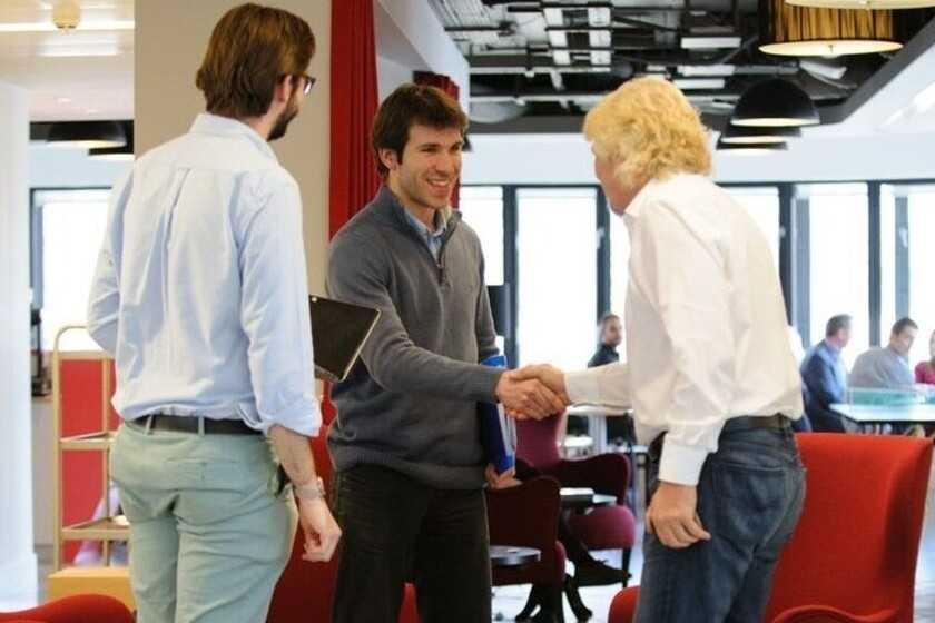 Les conseils de grands PDG sur la façon de tenir des réunions: de rester debout au traitement des sujets pertinents sur un document Google