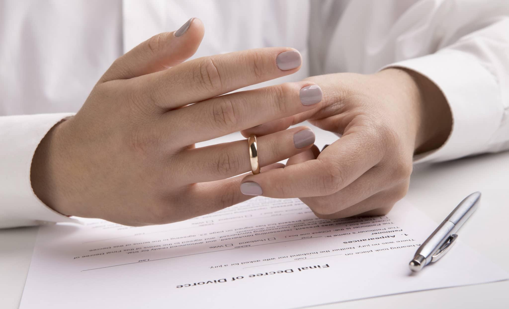 Les couples de lesbiennes sont encore beaucoup plus susceptibles que les hommes gais de divorcer, selon de nouvelles données.
