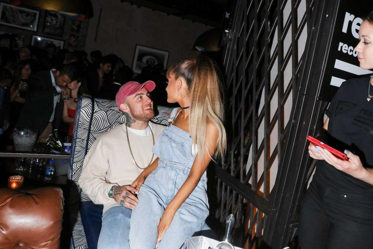 Ariana Grande assise sur les genoux de Mac Miller à l'afterparty de Republic Records 2016 VMA en 2016