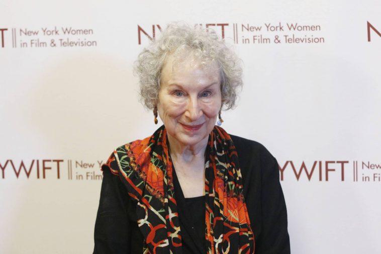 Margaret Atwood Arrête Astucieusement Les Transphobes Dans Les Termes Les