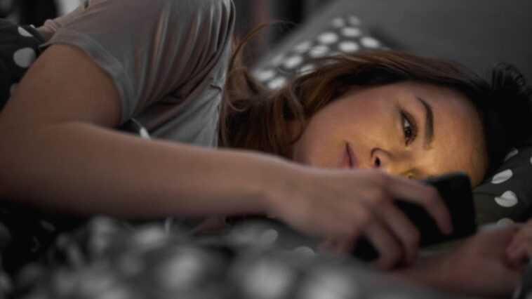 Vous dormez moins et c'est à cause de la lumière bleue émise par l'écran de votre mobile