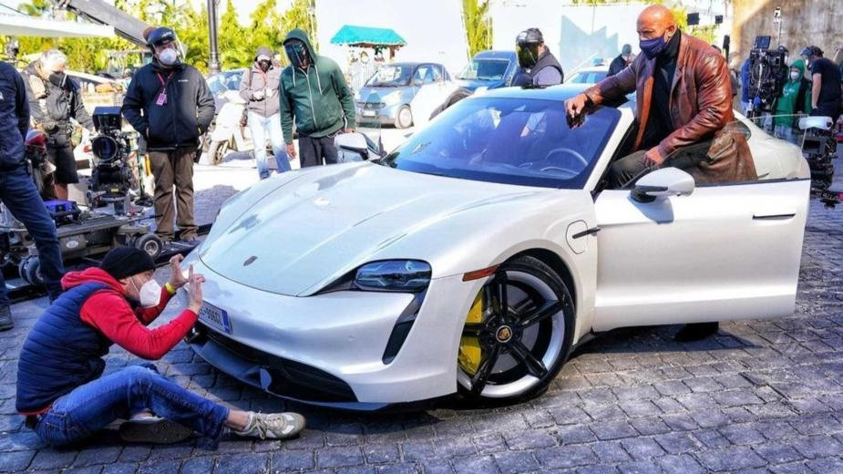 Porsche Taycan Est Trop Petite Pour Dwayne «the Rock» Johnson