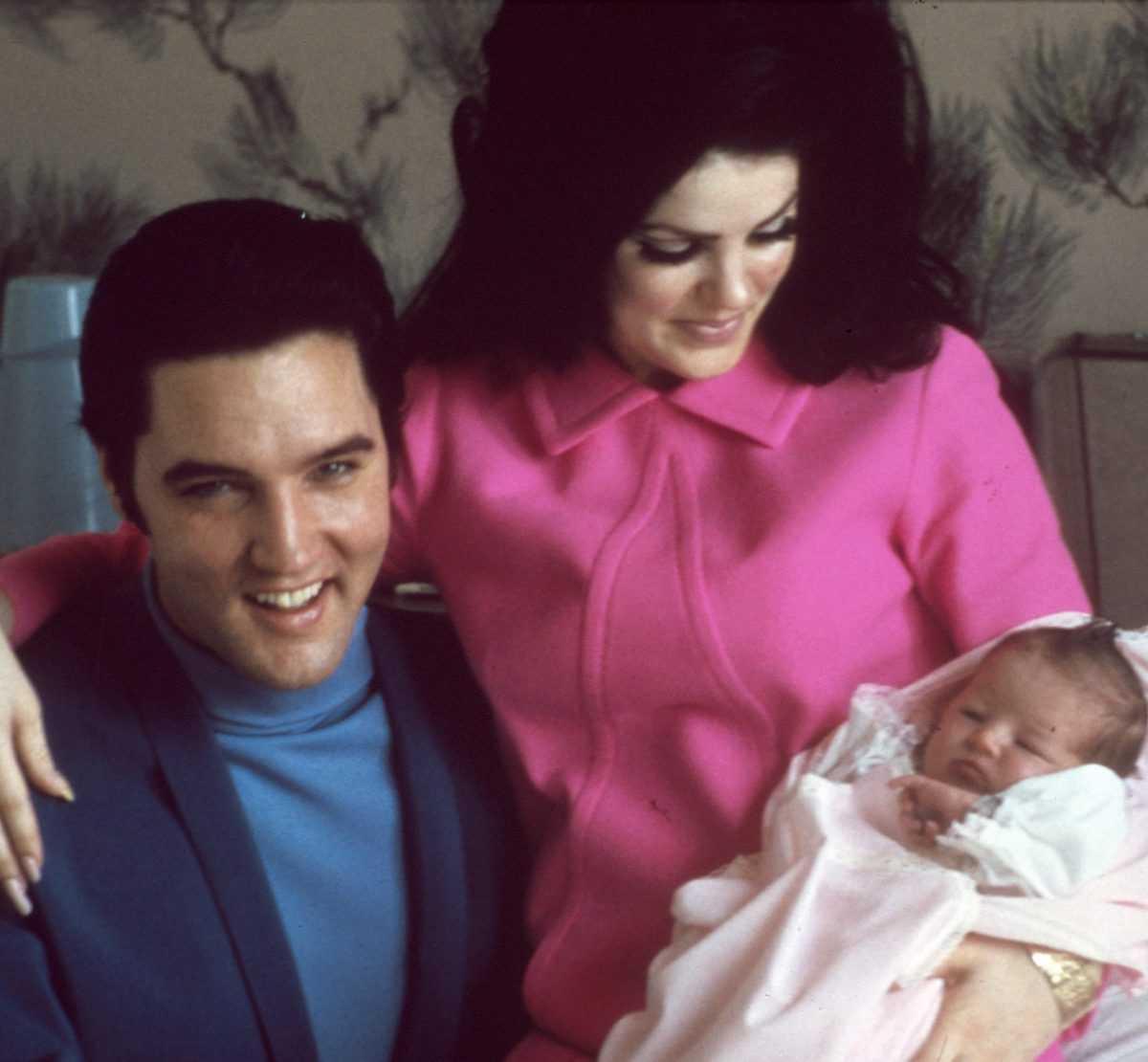 Le chanteur de rock and roll Elvis Presley avec sa femme Priscilla Beaulieu Presley et leur fille de 4 jours Lisa Marie Presley