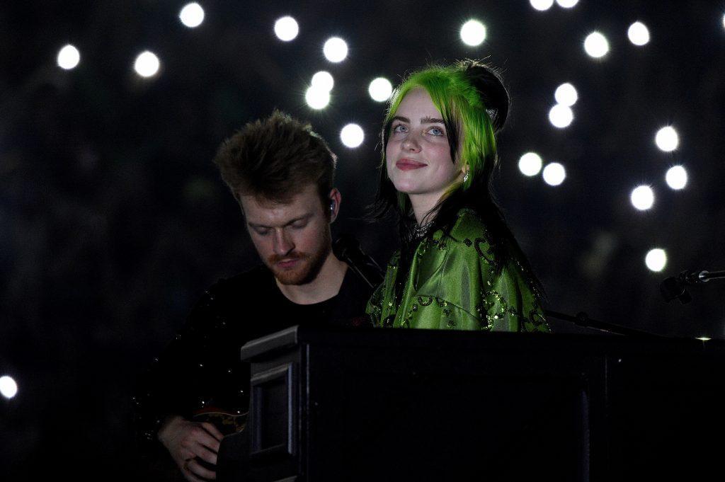 Finneas O'Connell et Billie Eilish en concert sur la scène de Billie Eilish 'Où allons-nous?'  Tour du monde