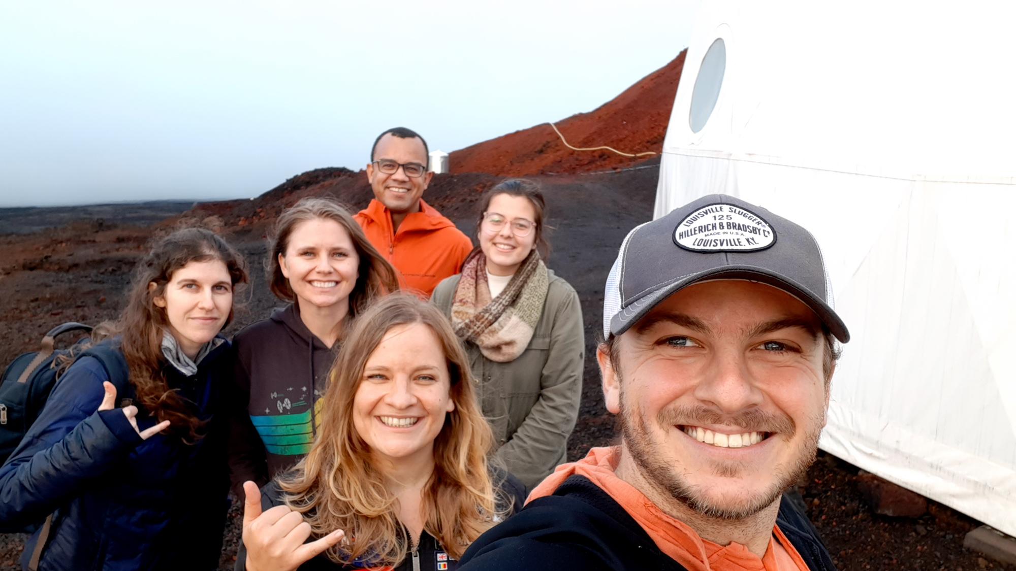 Un selfie de l'équipage Selene II avant le début de la mission.  De gauche à droite: Lindsay Rutter, Karen Rucker, Michaela Musilova, Fabio Teixeira (arrière), Cassandra Klos, Ben Greaves.