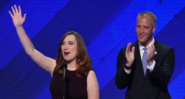 Sarah McBride, militante des droits des LGBT et coprésidente du Congressional LGBT Equality Caucus, le membre du Congrès Sean Patrick Maloney à la Convention nationale démocrate en 2016